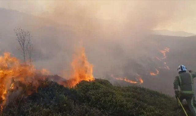 Ilkley Moor fire: 'Intense' blaze breaks out on West Yorkshire moorland