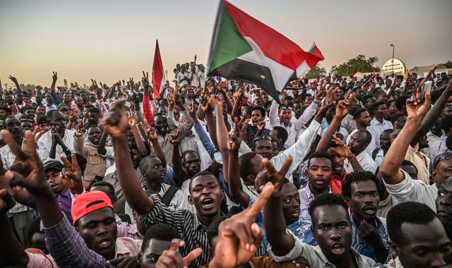 Protesters 'prepare for battle' after talks break down in Khartoum