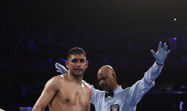 Amir Khan suffers painful sixth-round TKO to WBO welterweight champion Terence Crawford