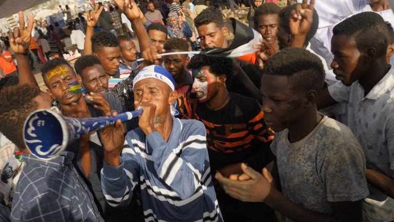 Protesters 'prepare for battle' in Khartoum