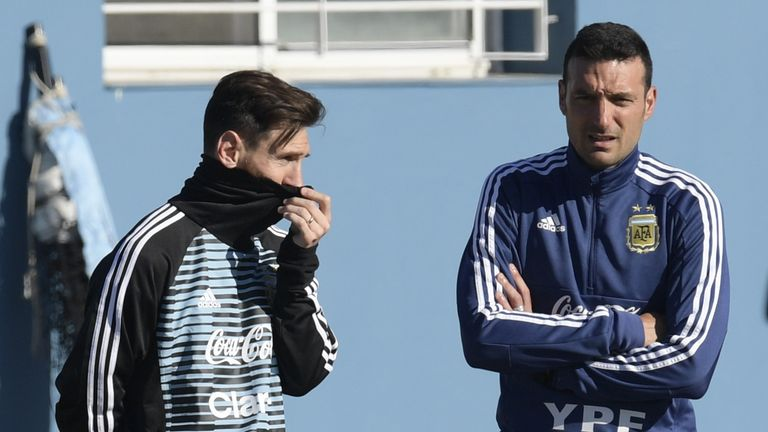 Scaloni (right) with Argentina star Lionel Messi