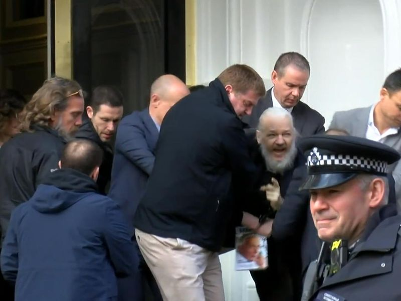 Celebrities who look absolutely nothing like they used to - Page 3 Skynews-julian-assange-arrested_4635807