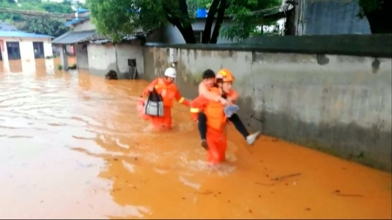Chinese firefighters successfully rescue and evacuate dozens of flood-trapped citizens after torrential rains hit Yueyang City.