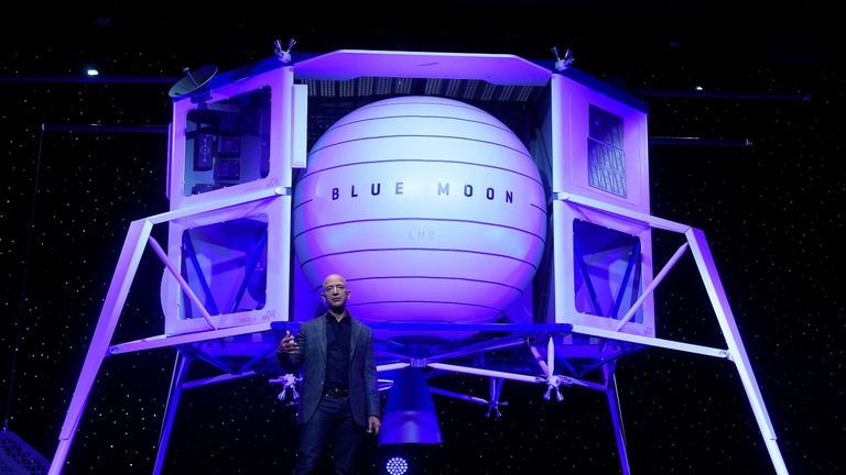 Jeff Bezos unveils the lunar lander rocket Blue Moon in 2019