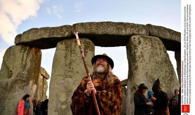 Stonehenge summer solstice: Thousands gather to cheer sunrise on longest day of year