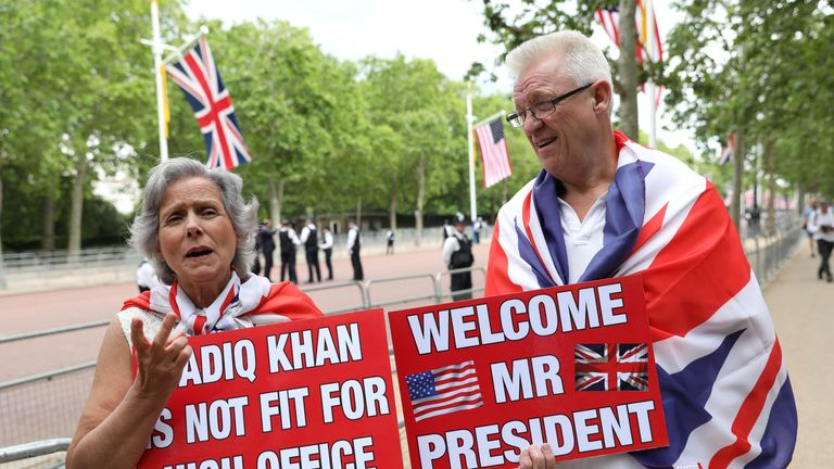 Pro-Trump, anti London Mayor Sadiq Khan, hold placards as they  demonstrate near Buckingham Palace in central London on June 3, 2019, on the first day of the US president and First Lady's three-day State Visit to the UK. - Britain rolled out the red carpet for US President Donald Trump on June 3 as he arrived in Britain for a state visit already overshadowed by his outspoken remarks on Brexit. (Photo by ISABEL INFANTES / AFP)        (Photo credit should read ISABEL INFANTES/AFP/Getty Images)