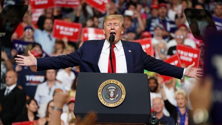 Tổng thống Mỹ Donald Trump phát biểu tại một chiến dịch khởi động cuộc biểu tình tại Trung tâm Amway ở Orlando, Florida, Mỹ, ngày 18 tháng 6 năm 2019. REUTERS / Carlo Allegri