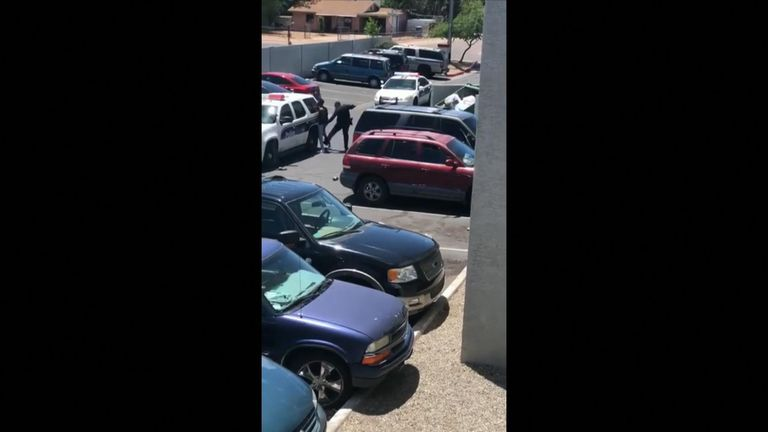 Arizona police point gun at pregnant woman