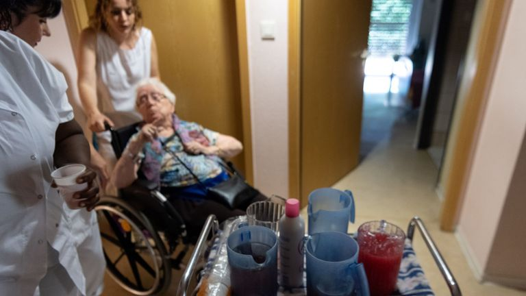 "France's health minister has said ""everything is ready"" in heatwave preparations for those in retirement homes"