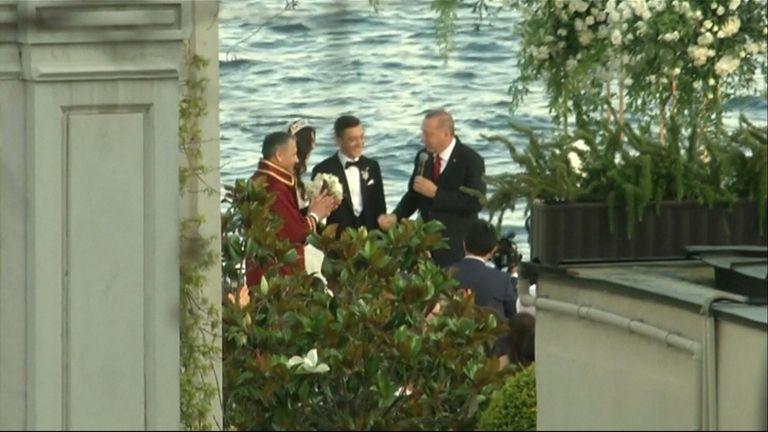 Arsenal midfielder Mesut Ozil married Amine Gulse in Istanbul with Turkish President Recep Tayyip Erdogan as his best man.