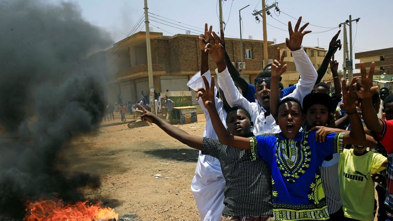 Sudanese protesters gesture and chant slogans at a barricade along a street, demanding that the country's Transitional Military Council hand over power to civilians, in Khartoum, Sudan June 5, 2019. REUTERS/Stringe