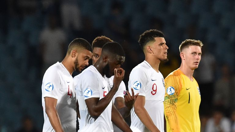 England players look dejected after their late defeat by France