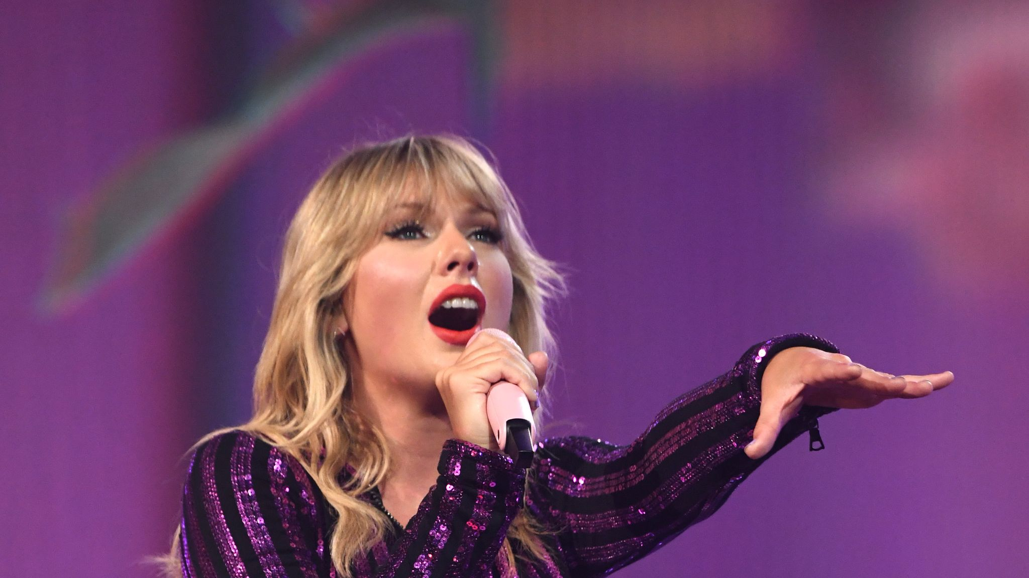 Taylor Swift to get back together with her old songs at American Music Awards