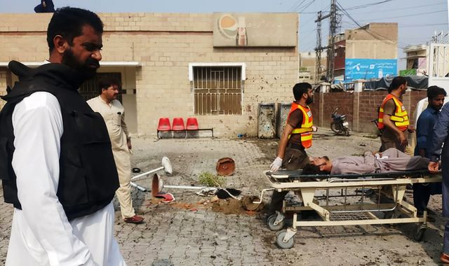 Pakistan: Nine people killed in complex attack involving female suicide bomber