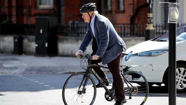 Britain's former Foreign Secretary Boris Johnson rides his bicycle near Westminster Magistrates Court in London on July 31, 2018. - After resigning as foreign minister earlier this month over Prime Minister Theresa May's compromise plan for Brexit, Johnson has returned to his old job as a columnist at the eurosceptic Daily Telegraph newspaper. (Photo by Tolga AKMEN / AFP)        (Photo credit should read TOLGA AKMEN/AFP/Getty Images)