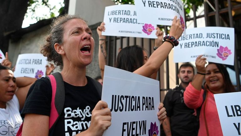 People protested in support of Ms Hernandez outside the court in San Salvador
