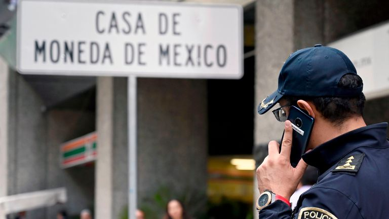Armed robbers targeted a Casa de Moneda branch in Mexico City