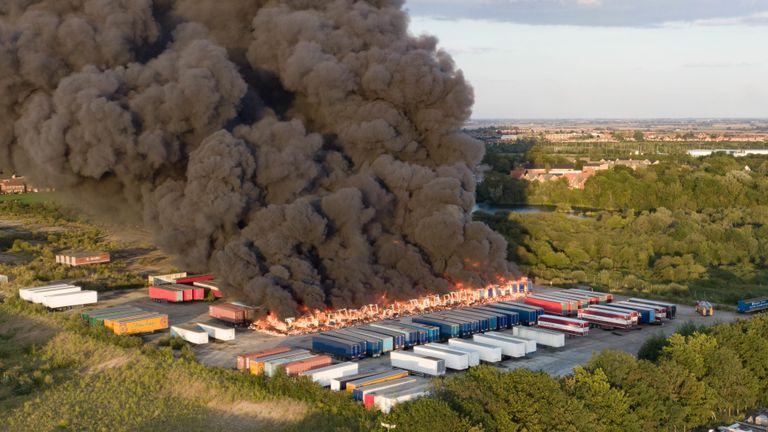Trailers Plus Peterborough >> Around 40 Lorry Trailers Caught Fire At A Hotpoint Washing Machine Factory In Peterborough Sending A Huge Cloud Of Smoke Billowing Into The Sky