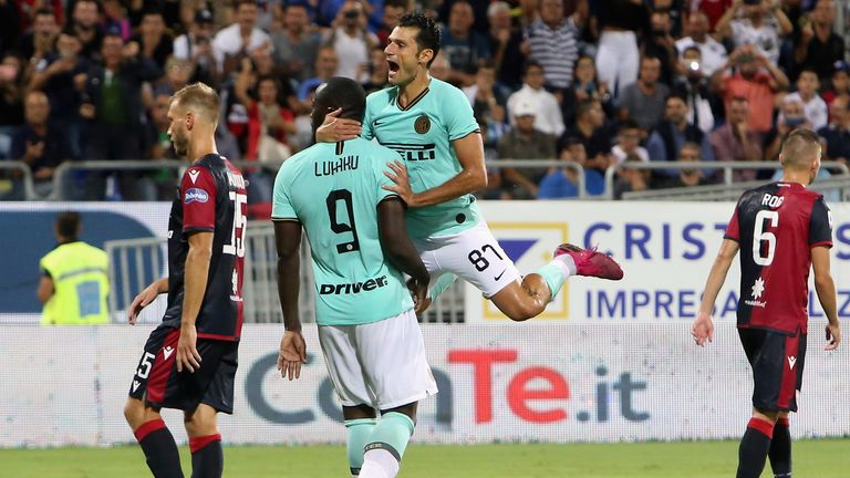 CAGLIARI, ITALY - SEPTEMBER 01: Romelu Lukaku of Inter celebrates his goal 1-2   during the Serie A match between Cagliari Calcio and FC Internazionale at Sardegna Arena on September 1, 2019 in Cagliari, Italy.  (Photo by Enrico Locci/Getty Images)