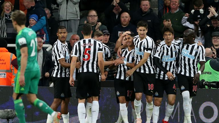 NEWCASTLE UPON TYNE, ENGLAND - NOVEMBER 03:  Ayoze Perez of Newcastle United celebrates after scoring his team's first goal with his team mates during the Premier League match between Newcastle United and Watford FC at St. James Park on November 3, 2018 in Newcastle upon Tyne, United Kingdom.  (Photo by Nigel Roddis/Getty Images)