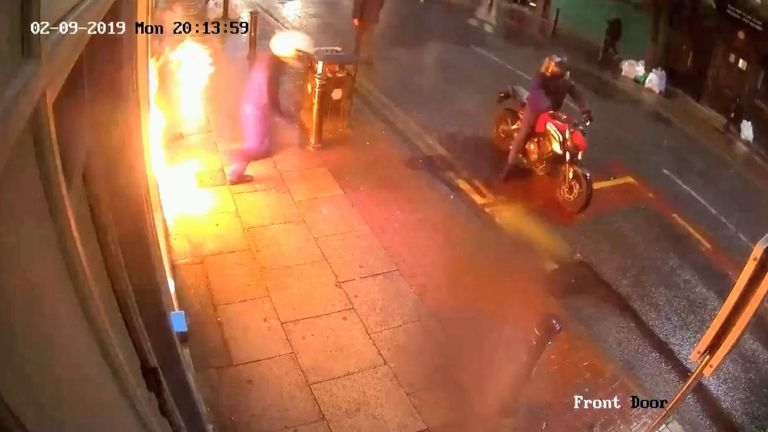 Police hunt arsonists who set fire to shop