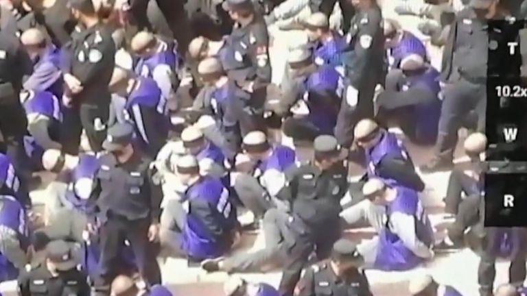 Видео конвоирования уйгуров в Китае публикует Sky News