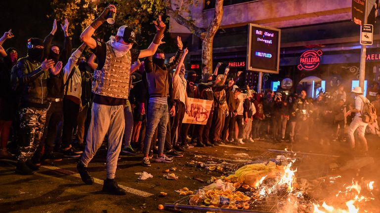 BARCELONA, SPAIN - OCTOBER 19: Demonstrators light fires following a week of protests over the jail sentences given to separatist politicians by Spain's Supreme Court, on October 19, 2019 in Barcelona, Spain. Disturbances followed a week of protests over the jail sentences given to separatist politicians by Spain's Supreme Court. Nine Catalan pro-independence leaders were sentenced to varying jail terms for sedition, in relation to the 2017 independence referendum. (Photo by Jeff J Mitchell/Getty Images)