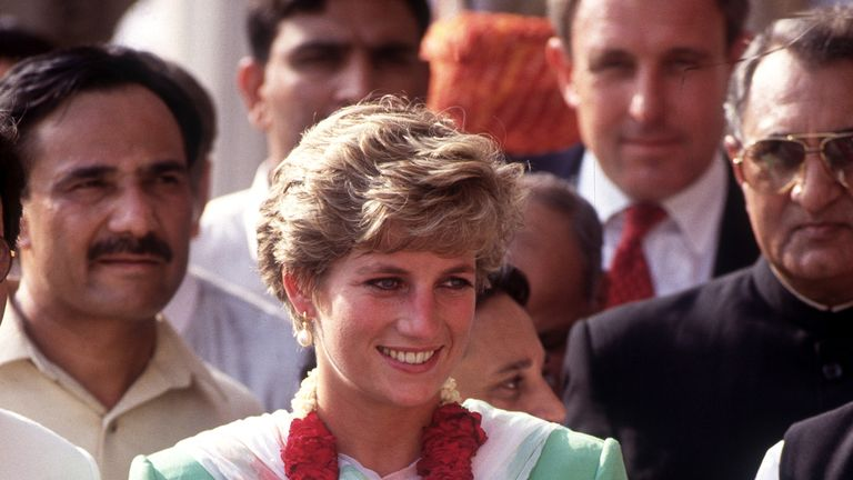 The Princess of Wales visited the Badshahi Mosque in 1991