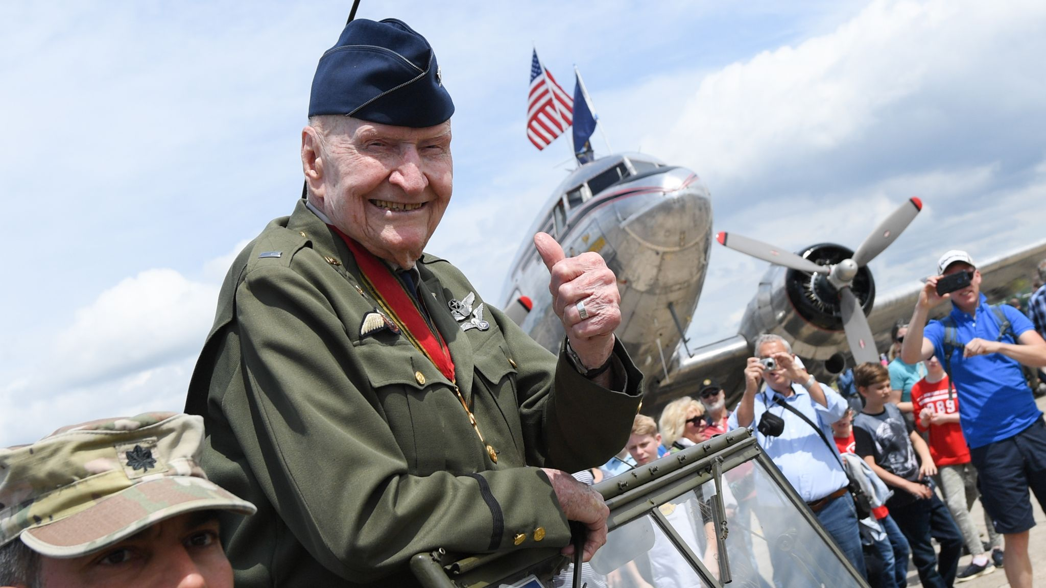 'Berlin Candy Bomber' honoured as UK mourns war dead on Remembrance Sunday