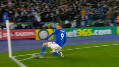 Vardy puts Leicester ahead from close range! (68)