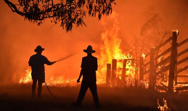 Australian bushfires unlikely to be contained before next spike in temperatures