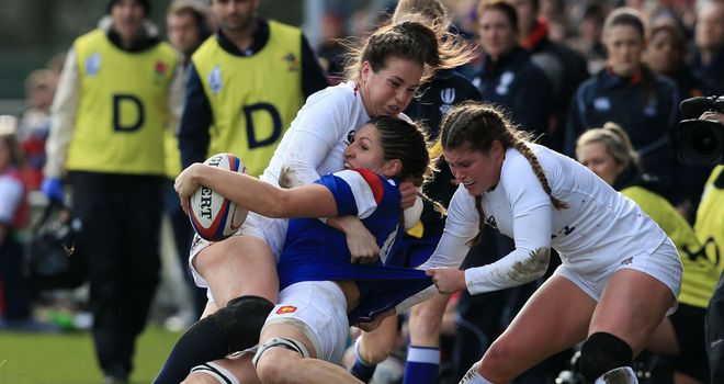 Emily Scarratt's late penalty secured a 20-18 victory for the Red Roses against France, which put them top of the table in the Women's Rugby Super Series