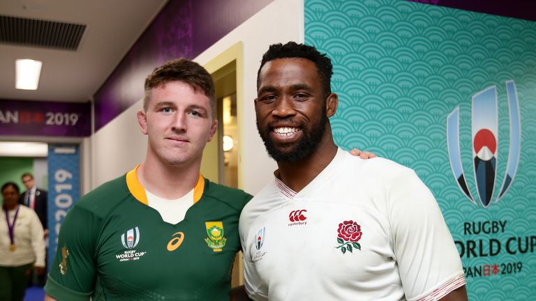 TOKYO, JAPAN -  NOVEMBER 02:  Siya Kolisi of South Africa and Tom Curry of England with the Webb Ellis Trophy after the Rugby World Cup 2019 Final match between England and South Africa at International Stadium Yokohama on November 02, 2019 in Tokyo, Japan. (Photo by Juan Jose Gasparini/Gallo Images/Getty Images)