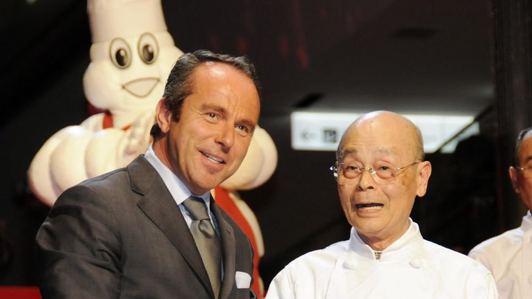 Michelin director Jean-Luc Naret (L) of France introduces three star sushi chef Jiro Ono (R) of Sukiyabashi Jiro during a presentation of the 2009 Michelin Guide Tokyo on November 18, 2008. Tokyo wins 227 Michelin stars in a new edition of the culinary guide, cementing its status as the world's highest-starred gastronomic capital.   AFP PHOTO / Yoshikazu TSUNO (Photo credit should read YOSHIKAZU TSUNO/AFP via Getty Images)
