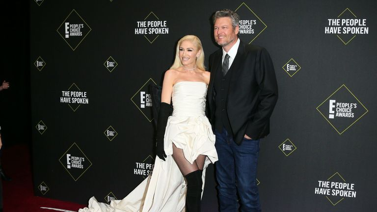 Gwen Stefani and partner Blake Shelton pose for pictures for the 45th annual E! People's Choice Awards