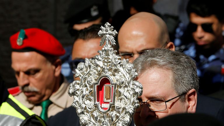 SYSTEM IDENTIFIER:RTX7B41XCODE:RC2NLD9TS5DAMEDIA DATE30 Nov. 2019PHOTOGRAPHER:Mussa QawasmaHEADLINE:The wooden relic reputed to be part of Jesus's manger is carried by worshippers in Bethlehem in the Israeli-occupied...SIZE:3109px × 2073px (~18 MB)