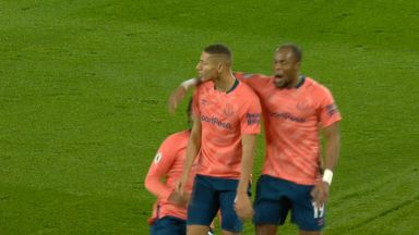 Richarlson heads Everton in front (22)