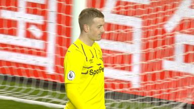 Pickford keeps out Rashford free-kick (26)