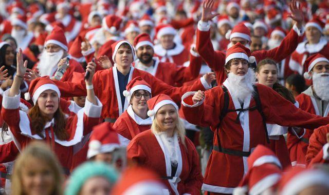 Thousands take part in biggest ever Santa Run in London