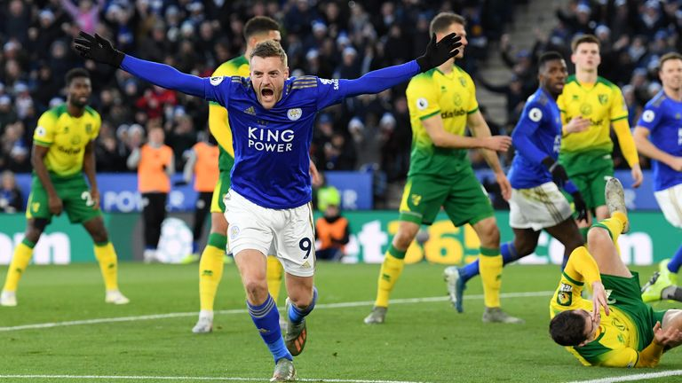 Jamie Vardy celebrates Leicester's equaliser