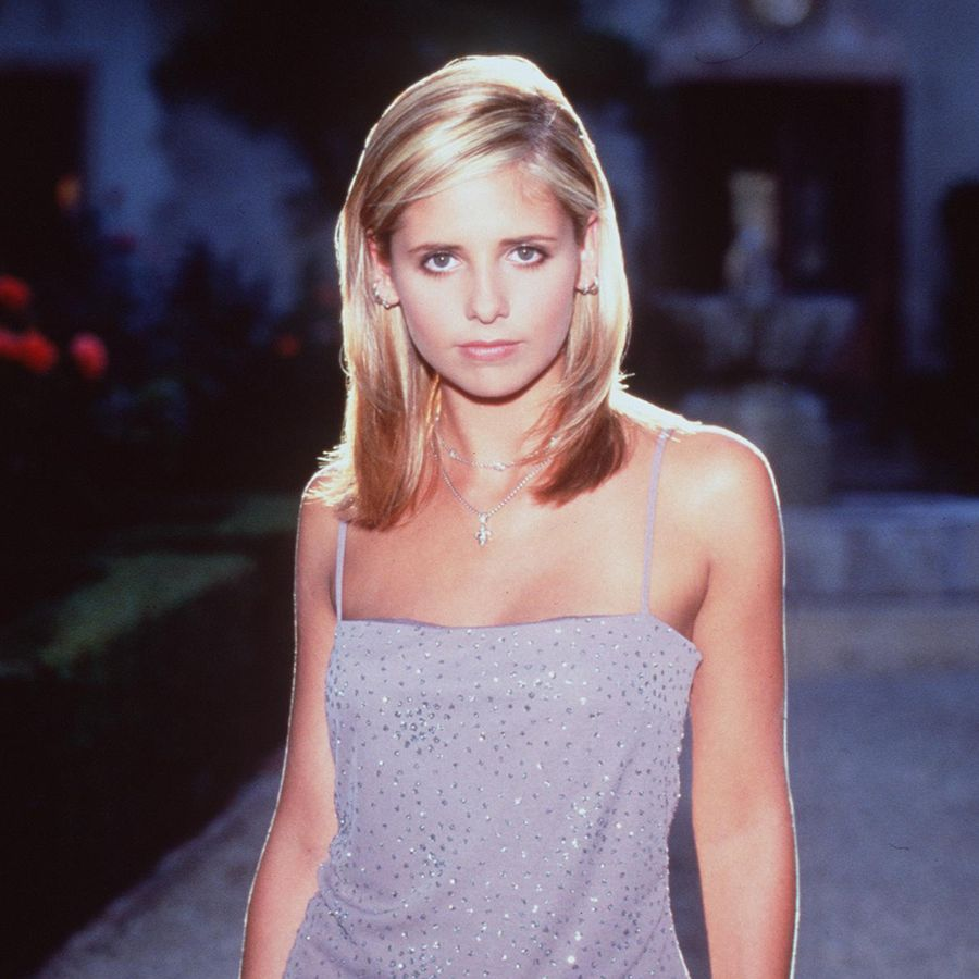 1998 Sarah Michelle Gellar stars in Buffy the Vampire Slayer