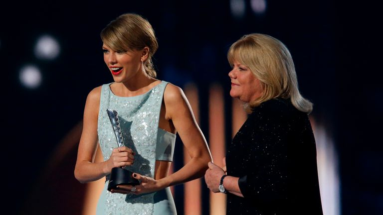 Taylor Swift accepts the Milestone Award from her mother Andrea at the 50th Annual Academy of Country Music Awards in Arlington, Texas April 19, 2015.    REUTERS/Mike Blake