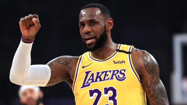 LeBron James call a play during the Lakers win over the Cavaliers