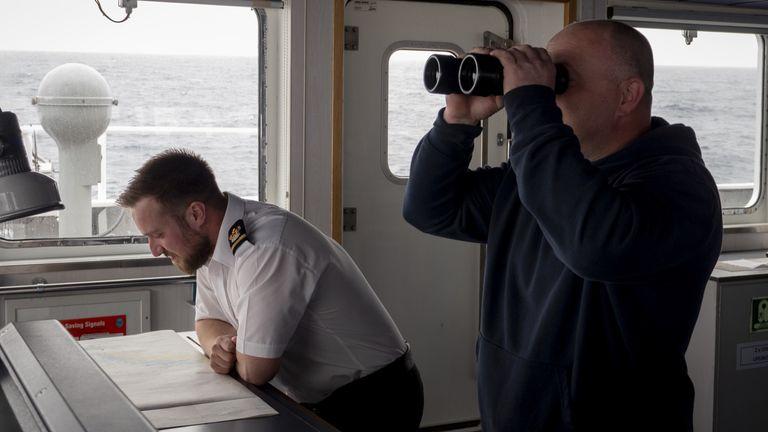 Scott Cramman, troisième officier (uniforme); Mark McMahon, marin qualifié