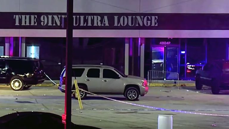 Gunman kills one and injures 15 outside Kansas bar
