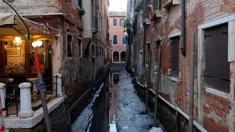 SYSTEM IDENTIFIER:RTS2XZSHCODE:RC2TDE927ZUPMEDIA DATE11 Jan. 2020PHOTOGRAPHER:Manuel SilvestriHEADLINE:A general view of a canal during an exceptional low tide in the lagoon city of VeniceSIZE:6000px × 4000px (~68 MB) 50.8 cm × 33.8 cm (300dpi)