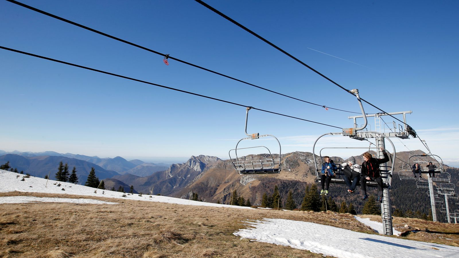 French ski resort closes slopes over 'no snow' for second year in a row