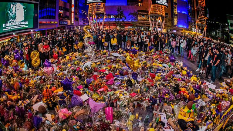 Los Angeles Lakers fans pay their respects at a Staples Center memorial to NBA legend Kobe Bryant, who was killed last weekend in a helicopter eccident, in Los Angeles, California on January 31, 2020. (Photo by Mark RALSTON / AFP) (Photo by MARK RALSTON/AFP via Getty Images)