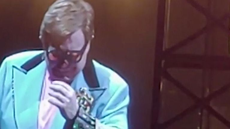 An emotional Elton John had to cut short a performance in New Zealand on Sunday (16 February 2020) after he lost his voice due to walking pneumonia and had to be assisted off stage.