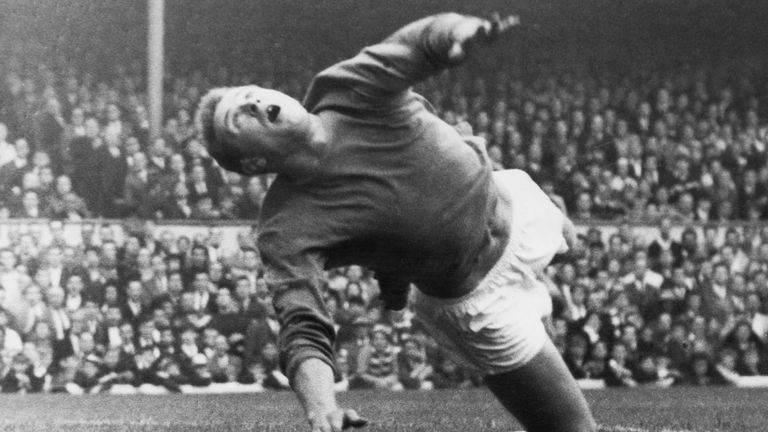Manchester goalkeeper Harry Gregg makes a save during a match against Arsenal at Highbury, London, 21st September 1963. (Photo by Kent Gavin/Keystone/Hulton Archive/Getty Images)